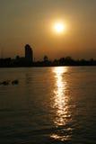 Coucher du soleil dans le fleuve rouge image libre de droits