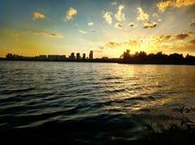Coucher du soleil dans le golfe de la rivière de Moscou, Fédération de Russie, Moscou photo libre de droits