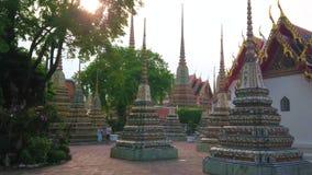 Coucher du soleil dans le jardin de Wat Pho, Bangkok, Thaïlande clips vidéos