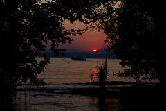 Coucher du soleil dans le lac Photos stock