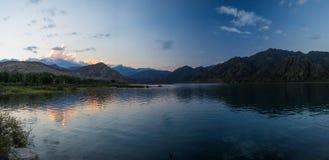 Coucher du soleil dans le lac de montagne Photographie stock libre de droits