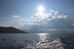 Coucher du soleil dans le lac, montagne au barrage Thaïlande de Bhumibol Images stock