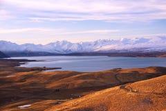 Coucher du soleil dans le lac Tekapo pendant l'hiver Quelque part en Nouvelle Zélande Photographie stock