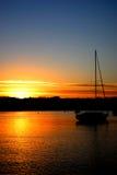 Coucher du soleil dans le Maine et un bateau à voiles Images stock