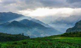 Coucher du soleil dans le paysage de montagne photos stock