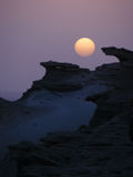 Coucher du soleil dans le paysage de montagne de désert Photographie stock