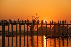 Coucher du soleil dans le pont d'U Bein, Myanmar Photographie stock libre de droits