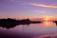 Coucher du soleil dans le port Photo stock