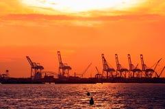 Coucher du soleil dans le port. Image stock