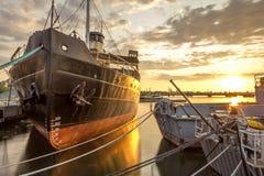 Coucher du soleil dans le port Photos libres de droits