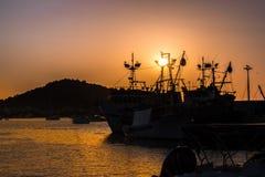Coucher du soleil dans le port/port Images stock