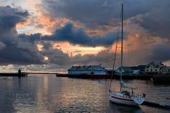 Coucher du soleil dans le port d'Alesund Image libre de droits