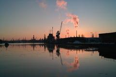 Coucher du soleil dans le port de Danzig. Image libre de droits