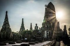 Coucher du soleil dans le temple de Wat Chai Watthanaram Image stock