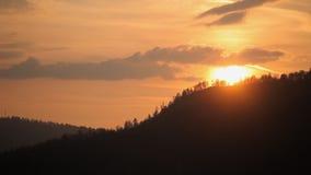 coucher du soleil dans le timelapse de montagnes banque de vidéos