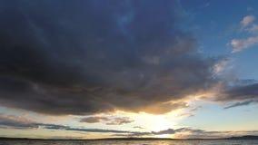 Coucher du soleil dans le timelapse par le lac clips vidéos