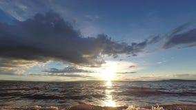 Coucher du soleil dans le timelapse par le lac banque de vidéos