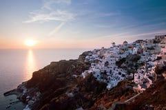 Coucher du soleil dans le village d'Oia images libres de droits