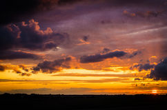 Coucher du soleil dans le villige polonais Photo stock