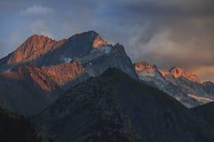 Coucher du soleil dans les alpes françaises image stock