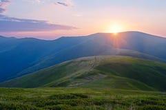 Coucher du soleil dans les Carpathiens Horizontal de montagne d'été carpathien images libres de droits