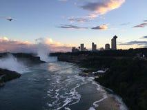 Coucher du soleil dans les chutes du Niagara Photos libres de droits