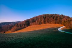 Coucher du soleil dans les collines styrian photographie stock