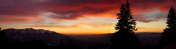 Coucher du soleil dans les montagnes. Photo stock