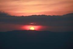 Coucher du soleil dans les montagnes images stock