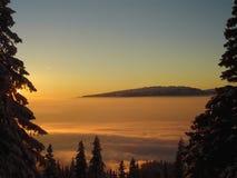 Coucher du soleil dans les montagnes. Photo libre de droits