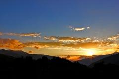 Coucher du soleil dans les montagnes Photos stock
