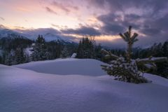 Coucher du soleil dans les montagnes autrichiennes neigeuses photos libres de droits