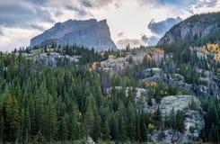 Coucher du soleil dans les montagnes avant la tempête en automne Images stock