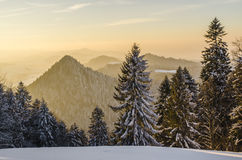 Coucher du soleil dans les montagnes avec la brume d'or Photo stock