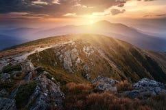 Coucher du soleil dans les montagnes carpathiennes images libres de droits