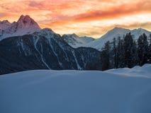Coucher du soleil dans les montagnes d'hiver Photo stock