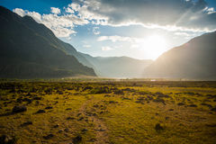 Coucher du soleil dans les montagnes dans la vallée Photos stock