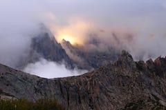 Coucher du soleil dans les montagnes de l'île de la Corse, itinéraire GR-20 de trekking Images libres de droits