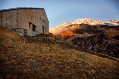 Coucher du soleil dans les montagnes entourant Andermatt Photos stock