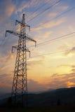 Coucher du soleil dans les montagnes et la piste électrifiée Image libre de droits