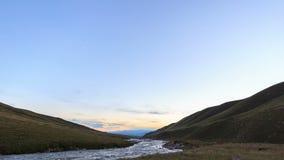 Coucher du soleil dans les montagnes River Valley Tuz 4K banque de vidéos