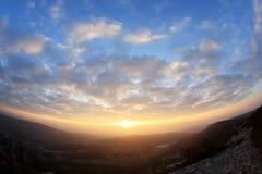Coucher du soleil dans les montagnes. Ville Eski-Kermen de caverne Images stock