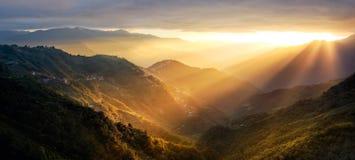 Coucher du soleil dans les moutains Photos libres de droits