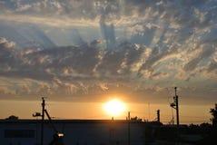 Coucher du soleil dans les nuages Image libre de droits