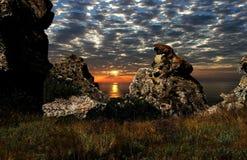 Coucher du soleil dans les roches, sur le rivage de la Mer Noire, la Crimée Photos stock