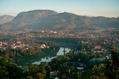 Coucher du soleil dans Lunag Prabang, Laos Beaux nuages au-dessus de la ville Le Mekong entre les arbres et les maisons Hiver au  images libres de droits
