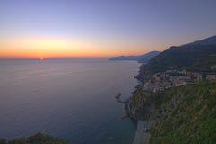 Coucher du soleil dans Riomaggiore, Cinque Terre Photo stock