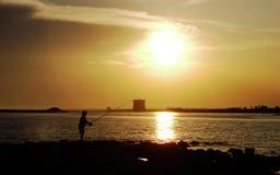 Coucher du soleil dans Salento près de Torre Chianca Porto Cesareo l'Italie image stock