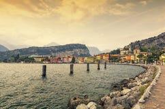 Coucher du soleil dans Torbole au policier de lac, Italie Photographie stock libre de droits