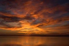 Coucher du soleil dans un lac images libres de droits